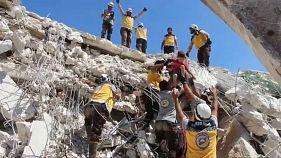 Rettungskräfte der Weißhelme retten einen Jungen aus den Trümmern