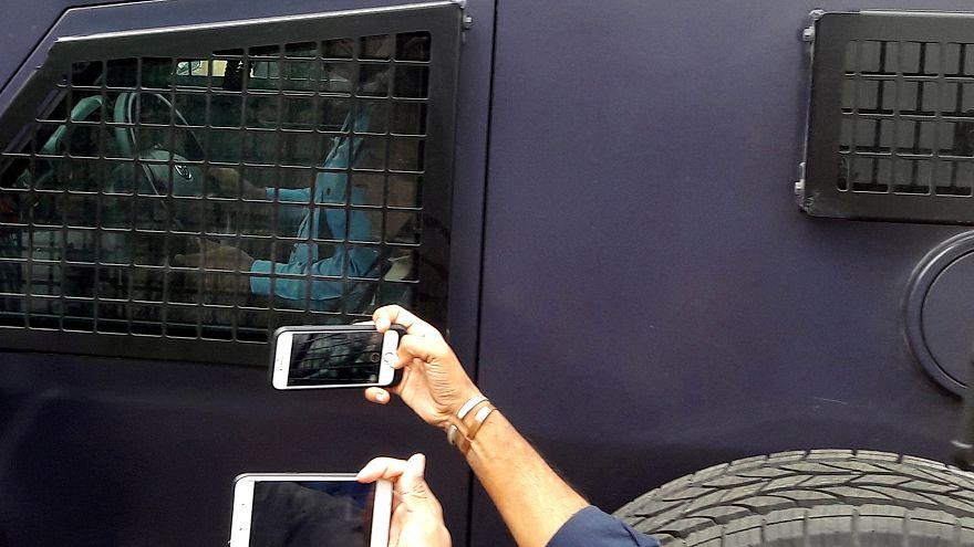 شريف أمام مقر المحكمة في آلية تابعة للشرطة الباكستانية