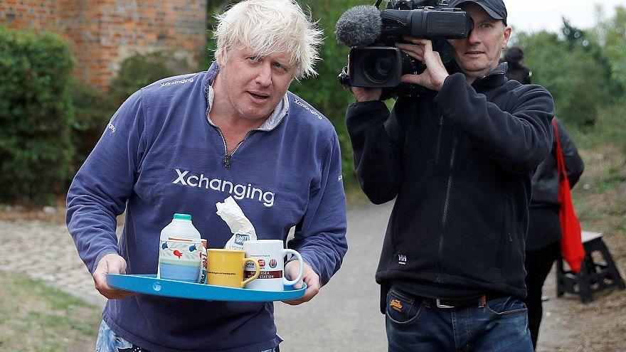 El día que Boris Johnson sirvió té a los periodistas