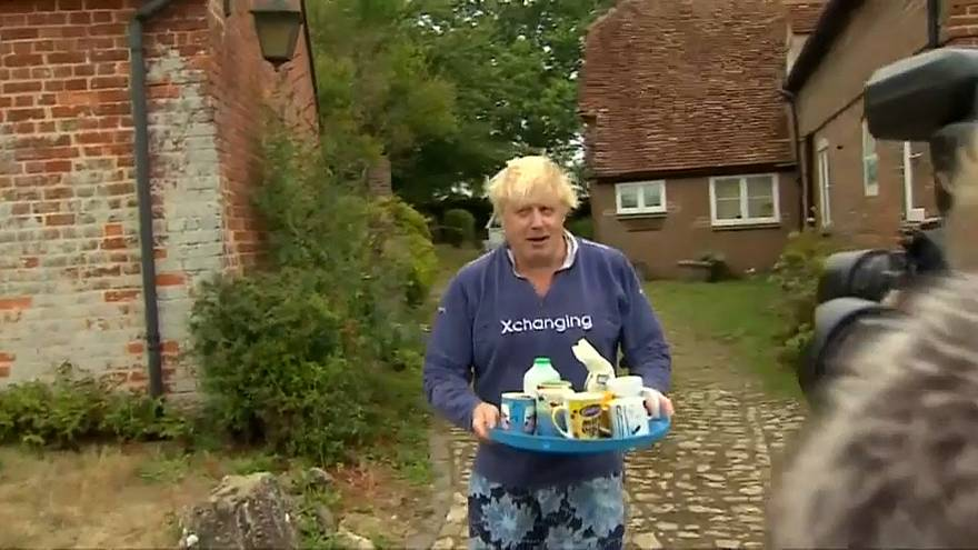 شاهد: جونسون يخرج للصحفيين مرتدياً لباسه المنزلي ويقدم لهم الشاي