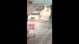 Tempestade de verão inundou ruas de Tóquio