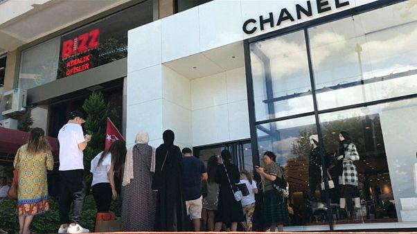 السياح العرب يستفيدون من هبوط الليرة بالتبضع في أفخم المتاجر بتركيا