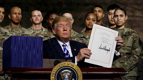 ترامب يوقع مشروع قانون سياسة الدفاع ويخفف تدابير التعامل مع شركتين صينيتين
