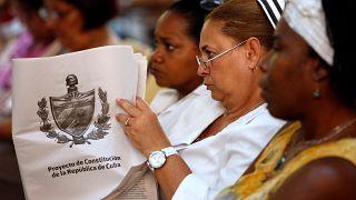 Cubana assiste a um debate sobre novo projeto de Constituição de Cuba