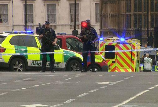 Auto rast in Barrieren vor Parlament in London: 2 Verletzte, 1 Mann festgenommen