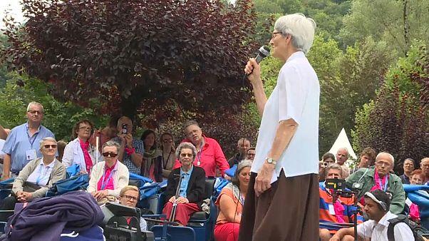 Lourdes : une miraculée parmi les fidèles