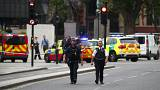 أفراد من الشرطة في محيط مبنى البرلمان البريطاني بعد الحادث