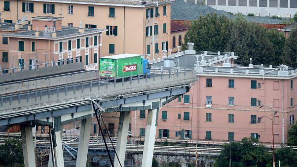 Le immagini e i video del crollo del ponte Morandi