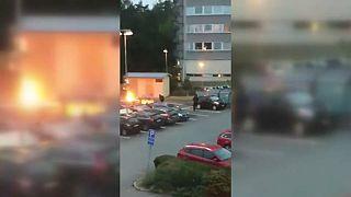 Incendian más de un centenar de coches en Suecia