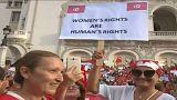 نساء تونسيات خلال المسيرة في شارع الحبيب بورقيبة