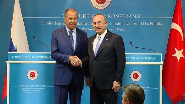 وزير خارجية تركيا يلتقي نظيره الروسي.. تنددٌ بالعقوبات الأمريكية وسعيٌّ لحل بشأن إدلب