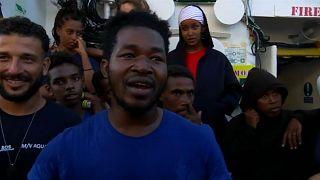 """بفرح استثنائي.. مهاجرٌ يحتفل بعيد ميلاده على سطح سفينة الإنقاذ """" أكواريوس"""""""