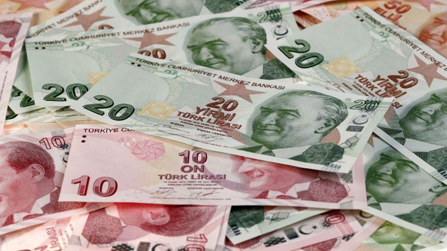 فئات نقدية مختلفة من عملة الليرة التركية