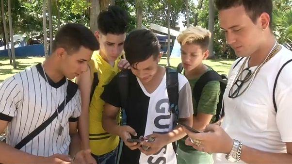 لأول مرة في كوبا الانترنت متوفر على الهواتف النقالة
