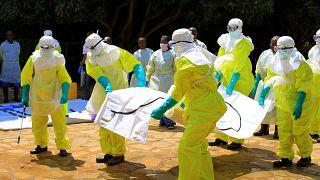 Ebola virüsü tatbikatı yapan sağlık görevlileri
