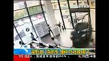 شاهد: ذهب لشراء سيارة فحطم معرض السيارات في الصين