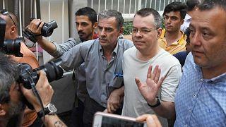 القس الأمريكي آندرو برانسون لدى وصوله إلى منزله بعد إطلاق سراحه
