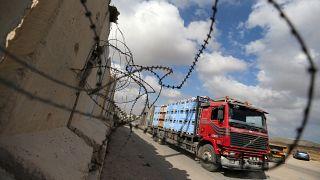 شاحنة تحمل بضائع تصل معبر كرم أبو سالم بقطاع غزة يوم الأربعاء