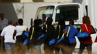 سفينة أكواريوس ترسو أخيرا في مالطا وعلى متنها عشرات المهاجرين