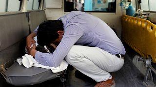 Ein Mann trauert über ein beim Anschlag getötetes Mädchen
