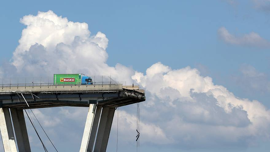 Ein Laster steht auf dem noch intakten Stück der Brücke