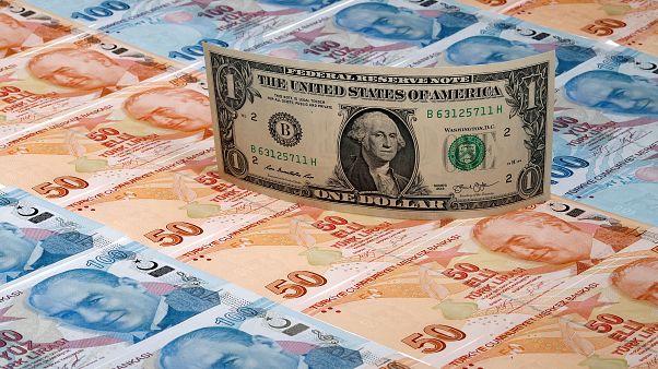دولار أمريكي فوق أوراق نقدية فئة الليرة التركية