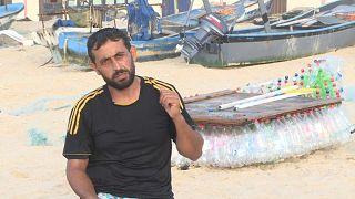 Pescador constrói embarcação a partir de garrafas de plástico abandonadas