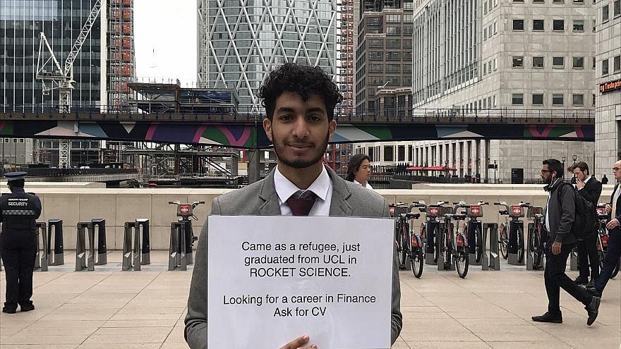 لاجئ خريج هندسة الفضاء في لندن يبحث عن عمل على رصيف الميناء