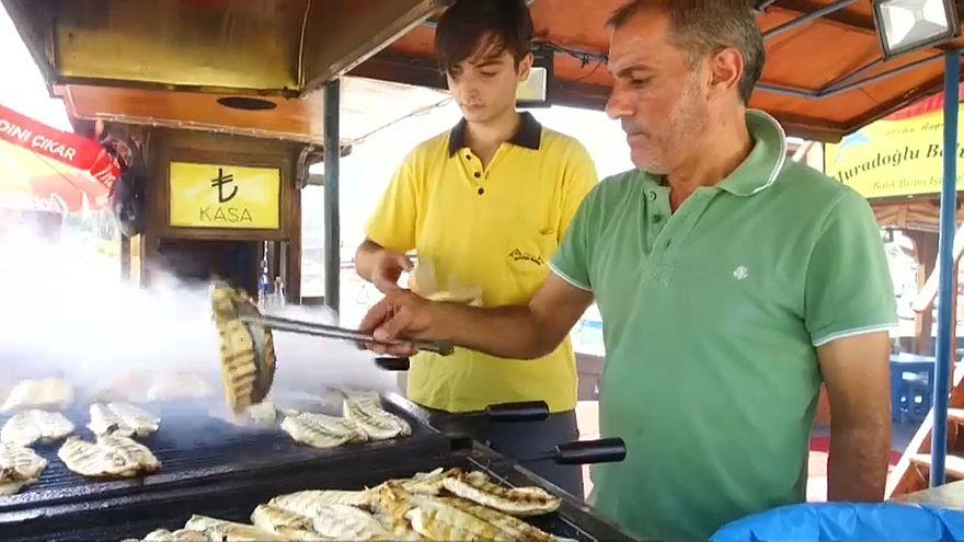 استجابة لدعوة أردوغان: سمك مشوي مجانا لكل شخص يحوّل 100 دولار إلى العملة التركية