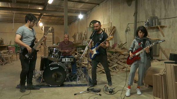 گروه راک افغان اریکین در ایران؛ لذت شنیدن موسیقی در کارگاه نجاری
