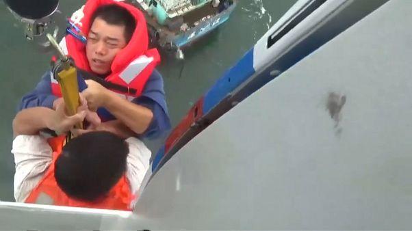 شاهد: إنقاذ طاقم مركب صيد صغير من قلب إعصار رومبيا في الصين