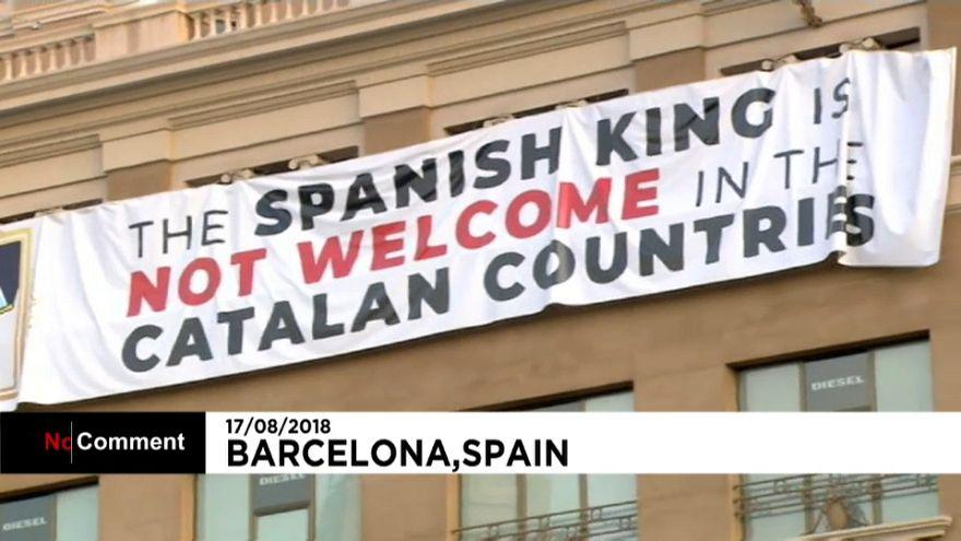 Barcellona, anniversario attentato: striscione contro il re