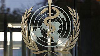 شعار منظمة الصحة العالمية في المقر الرئيسي للشركة في جنيف في سويسرا يوم 22