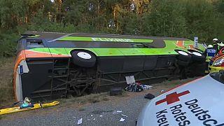 إصابة ركاب حافلة بجروح في ألمانيا إثر انحدارها في خندق