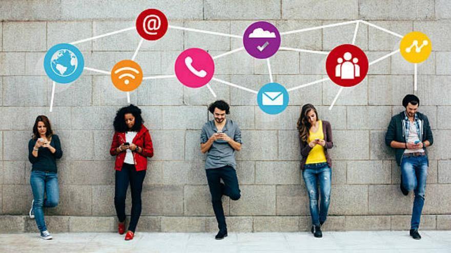 """دراسة : استخدام الإنترنت يتزايد لكن العالم """"مُقسّم رقمياً"""" والعالم الثالث مهتم أكثر بمواقع التواصل"""