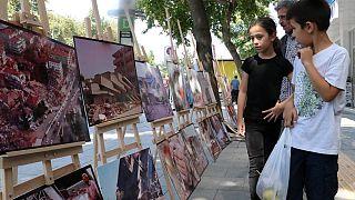Depremin anısını canlı tutmak için 16 yıldır sergi açıyor
