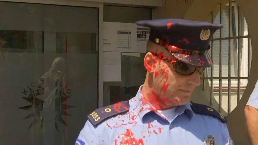 شاهد: نساء غاضبات يهاجمن مركزا للشرطة في كوسوفو احتجاجا على مقتل سيدة على يد زوجها