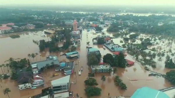 شاهد: فيضانات الهند تودي بحياة المئات وتترك عشرات الآلاف دون مأوى