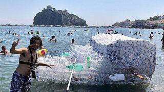 Un hombre construye un barco con botellas de plástico para denunciar la contaminación en Italia