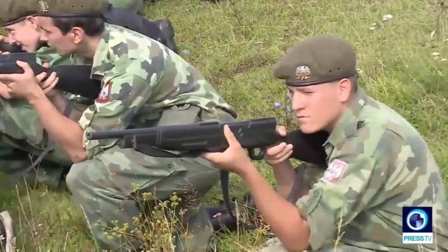 Cierran un campamento militar de menores en Serbia