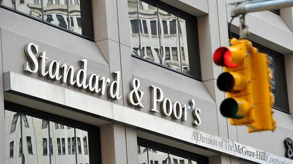 Standard&Poor's Türkiye'nin kredi notunu düşürdü.