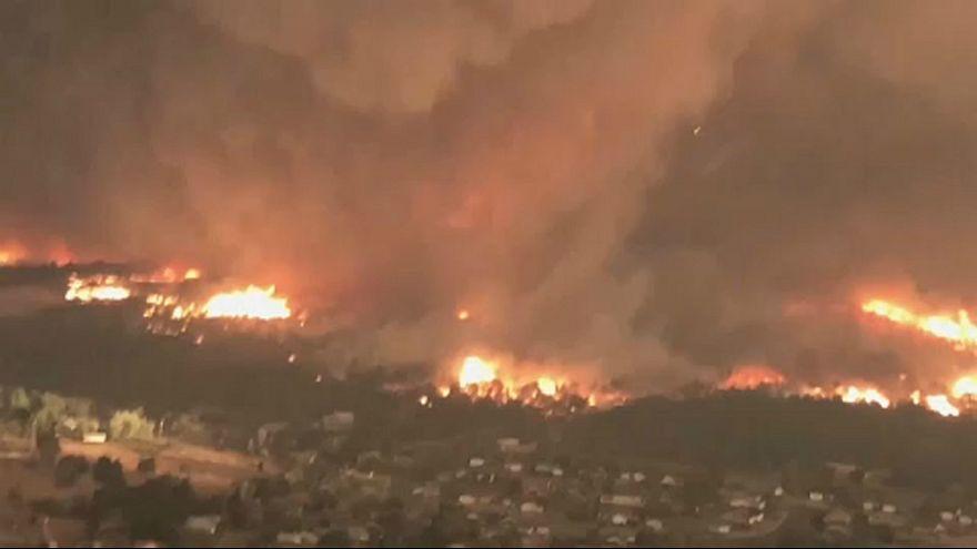 بالفيديو : إعصار ينشأ وسط حريق ضخم في كاليفورنيا