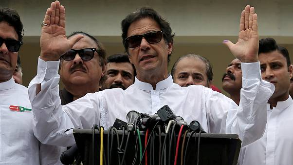 Pakistan'da eski kriket yıldızı İmran Han yemin ederek başbakanlık görevine başladı