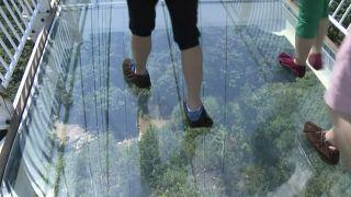 استقبال گردشگران از پل معلق شیشهای در شمال شرقی چین
