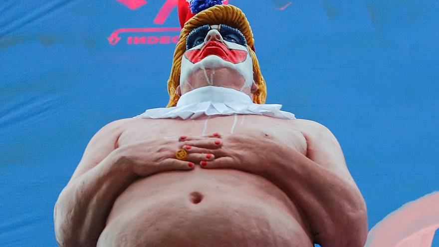 Untersicht auf die nackte Clownsstatue von Donald Trump