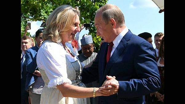 شاهد: فلاديمير بوتين يراقص وزيرة خارجية النمسا في حفل زفافها
