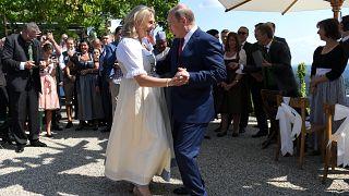 Kneissl tanzt mit Putin  - 5 Fotos der Hochzeit am 18.8.18