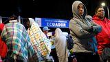 Venezolaner warten nachts an der Grenze zu Ecuador