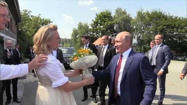 شاهد: بوتين الذي لا يبتسم.. يضحك ويرقص ويتحدث الألمانية