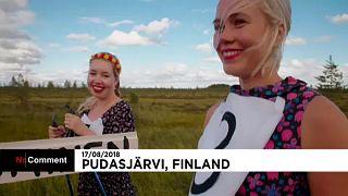 Esquiar con tacones y vestido de flores en Finlandia